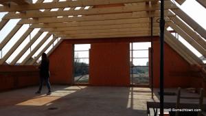 Dachkonstuktion aus dem Inneren des Rohbaus