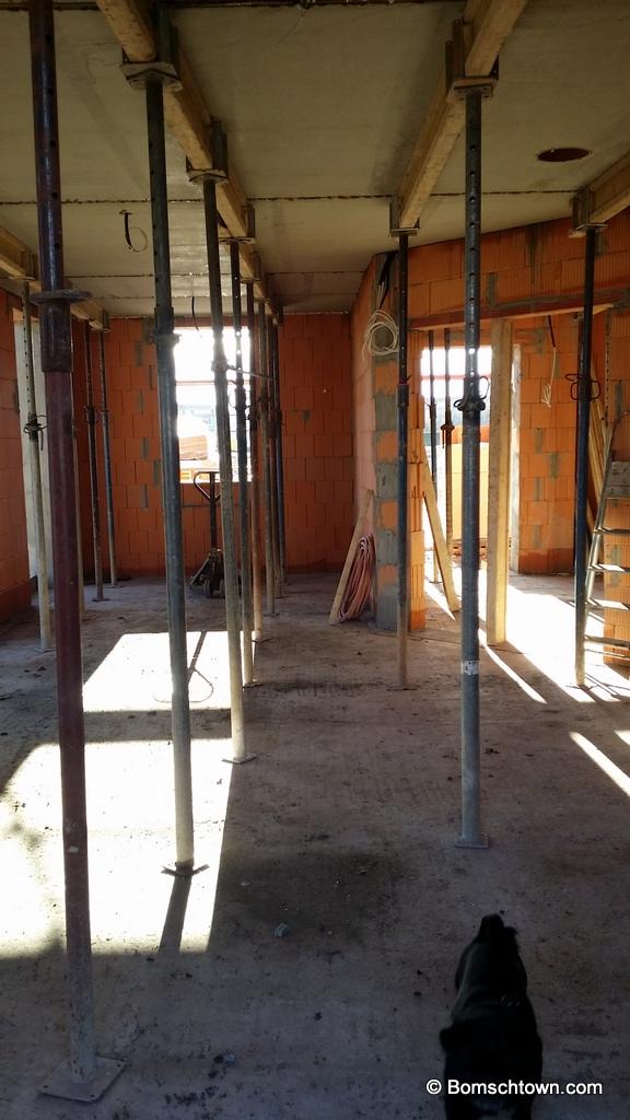 Wohnzimmerdecke mit Stützen