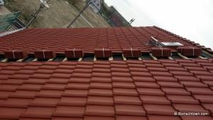 Sechs Dachziegel fehlen dem komplett gedeckten Dach