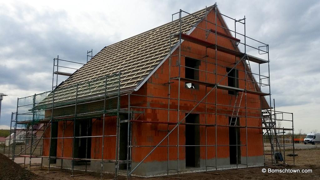Haus mit Dachlatten und Dachfolie