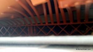 Traufenkamm unter Dachziegeln