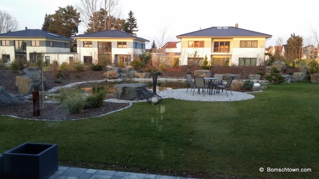 Seitliche Erhöhung im Gartenbereich