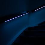 Das Treppengeländer leuchtet blau