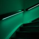 Das Treppengeländer leuchtet grün