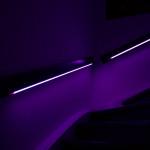 Das Treppengeländer leuchtet lila