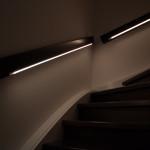 Das Treppengeländer leuchtet weiß