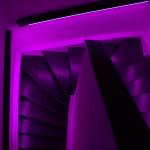 lila Beleuchtung Treppenhaus