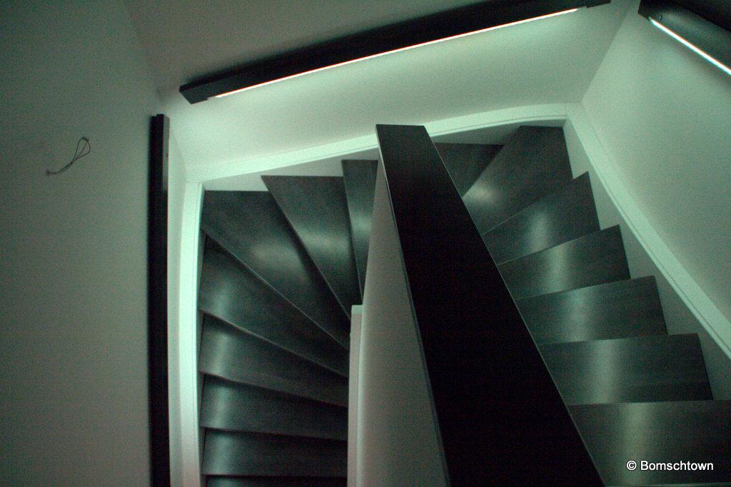 Treppengeländer leuchtet weiß