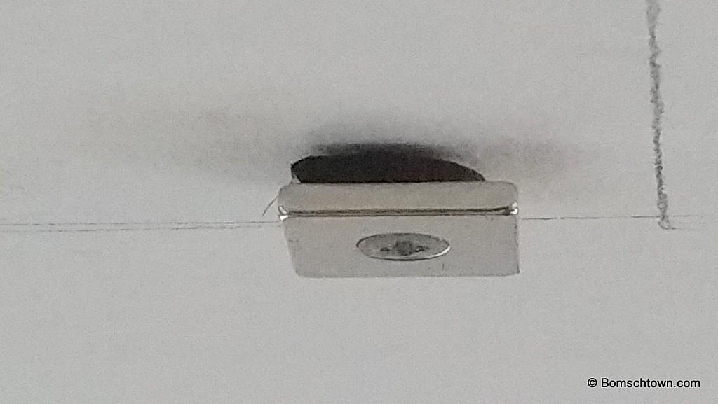 Magnet an der Decke mit Unterlegscheibe