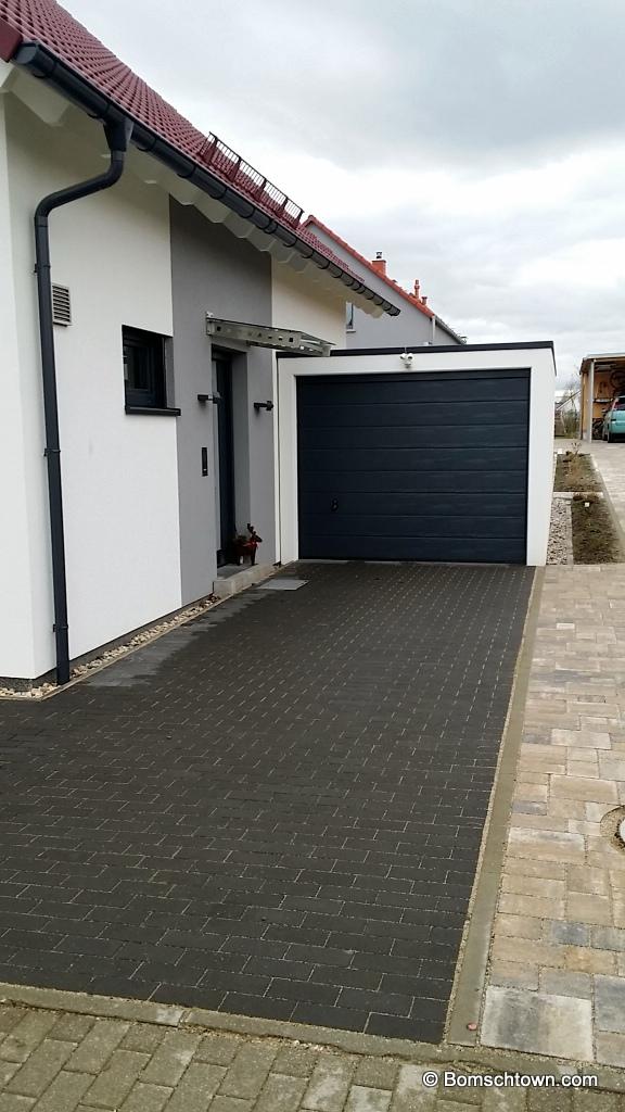 Einfarbig graue Einfahrt