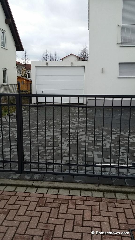 Graue Einfahrt; identische Pflastersteine