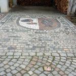 Wappen in der Einfahrt