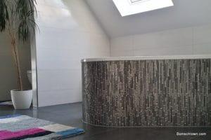 Badewanne mit länglichen Mosaikfliesen