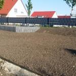 Erde mit eingesähtem Gras