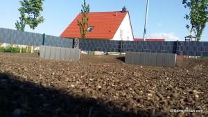 Mutterboden mit eingesähtem Gras