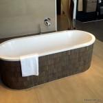 Ovale Badewanne, an der Seite mit Mosaik-Fliesen