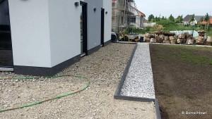 Terrassenunterkonstruktion mit Betonrecycling und Kiesbeet