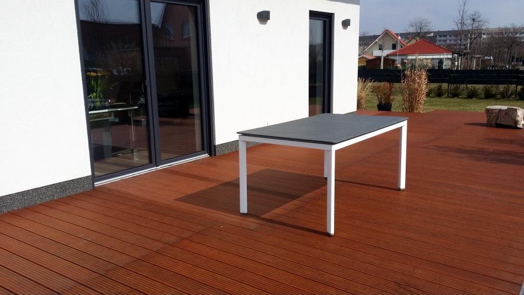 weiße Beine, graue Tischplatte