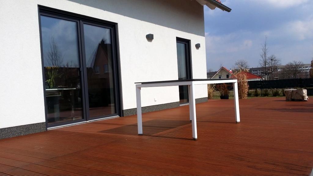 Tisch Futosa mwh steht auf Terrasse