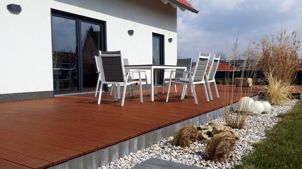 Terrassen-Tisch-Set von mwh auf Terrasse