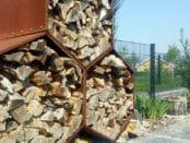 Holzunterstand Woodbee mit Holz gefüllt