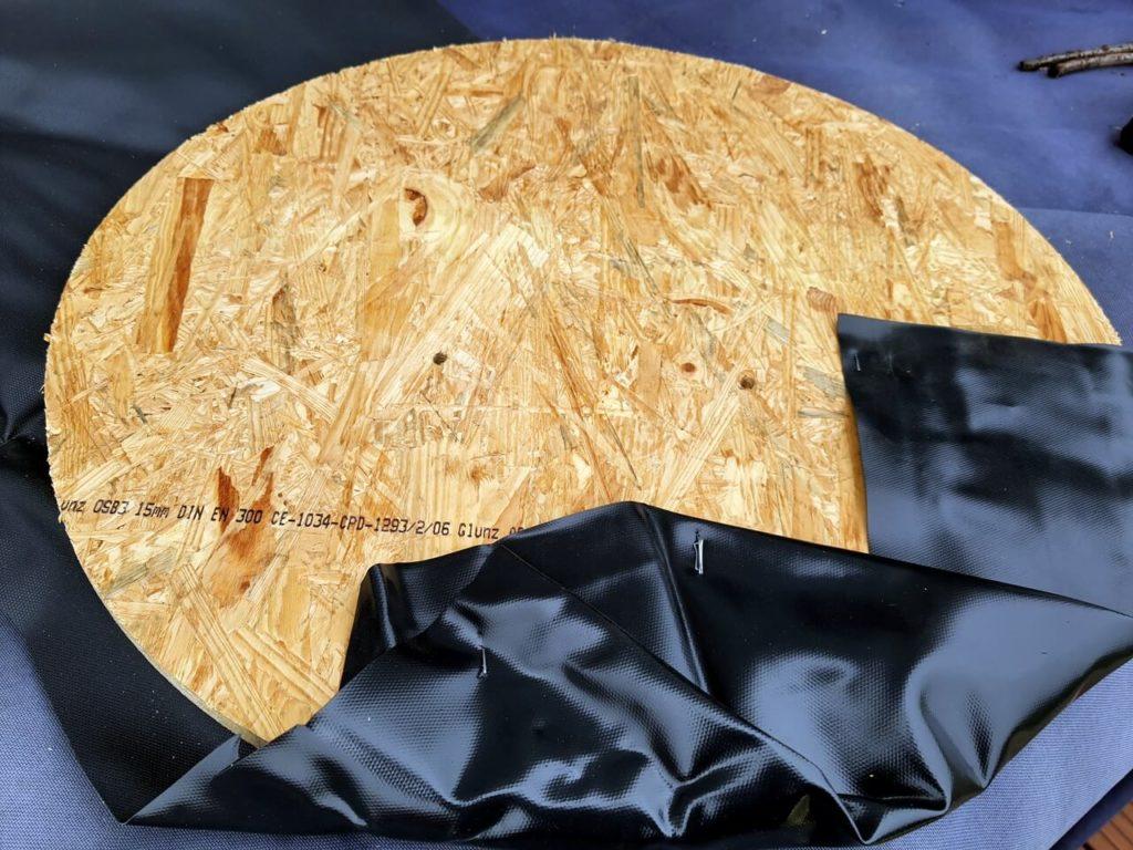 OSB-Platte mit Teichfolie umwickelt