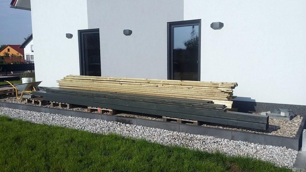 Der Holzstapel soll ein Carport werden