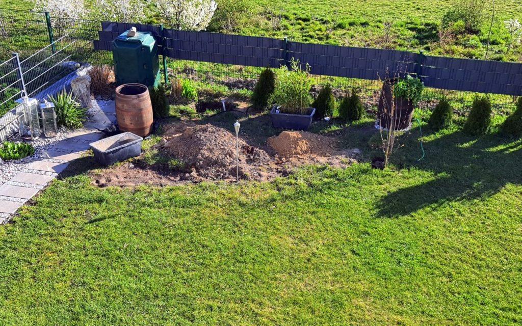 neuer Gartenbereich mit Pflanzfass, Bäumchen und Kompost
