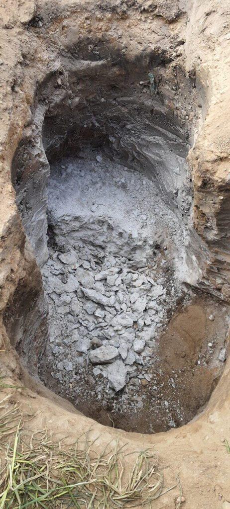 zerstörter Betonblock im Boden