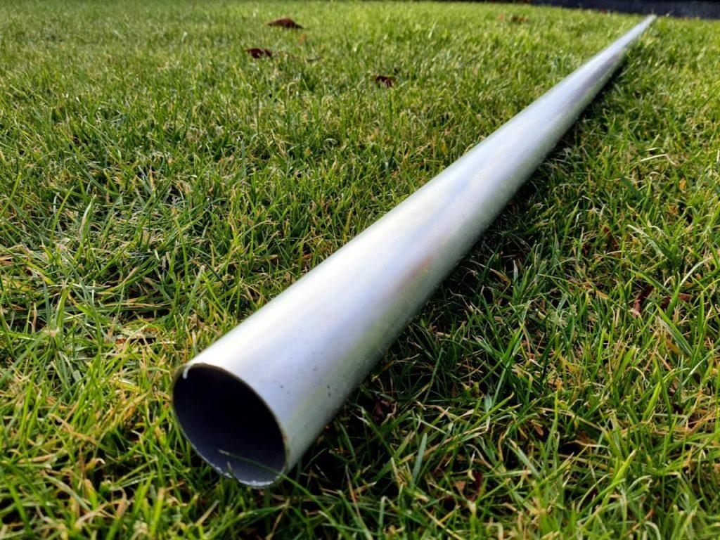 Aluminiumstange liegt im Gras