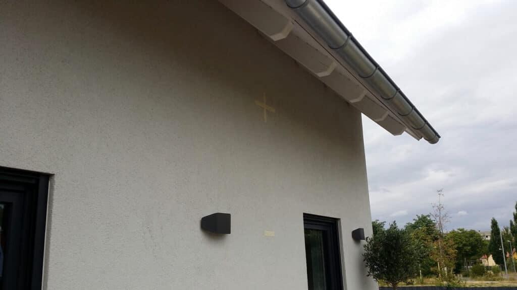 Wandhalterung für Sonnensegel an der Hauswand markiert