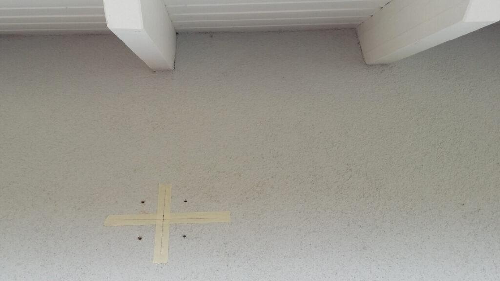 Löcher wurden in die Hauswand gebohrt.